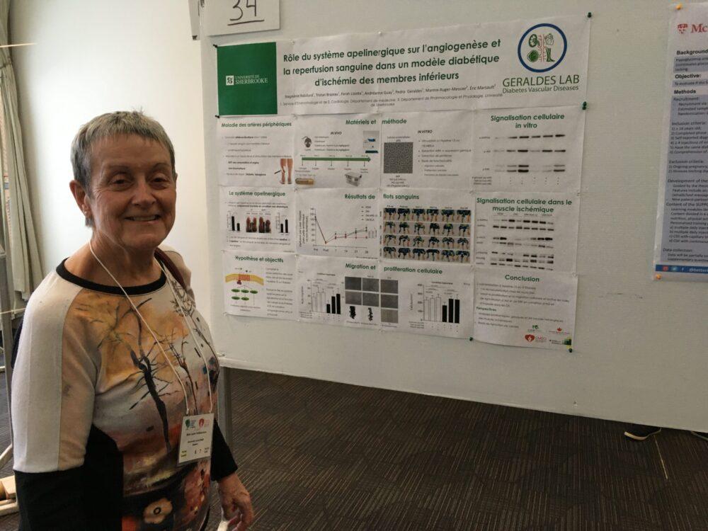 Patient partenaire devant une affiche scientifique